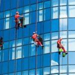 Мойка окон и витрин высотных зданий альпинистами. Куда обратиться.