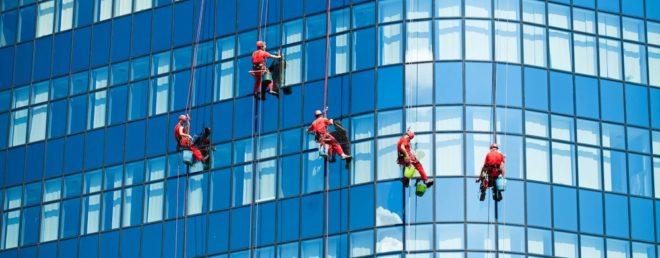 Мойка окон и витрин высотных зданий альпинистами